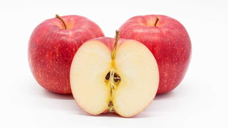 乾燥前のみずみずしいりんご