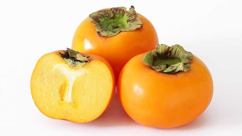 乾燥前のみずみずしい柿