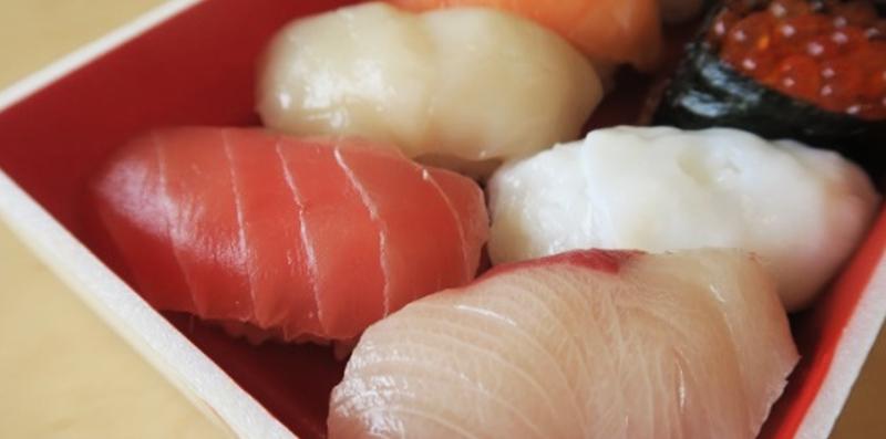 真空マイクロ波解凍機で解凍した魚を使い、作ったお寿司